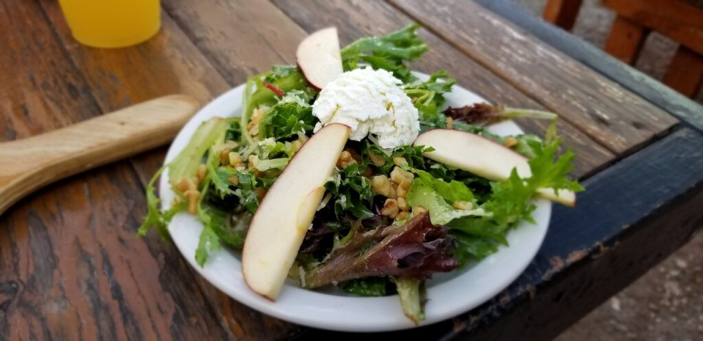 salad with sliced pears and blue cheese